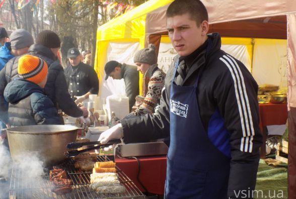 Ковбаски по 30 і юшка по 40: хмельничани ласують смаколиками по-проскурівськи (ФОТО)