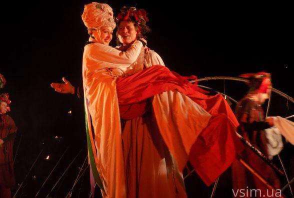 """""""Дикі танці"""" на ходулях та вогняне шоу: біля кінотеатру Шевченка показали вуличну виставу"""