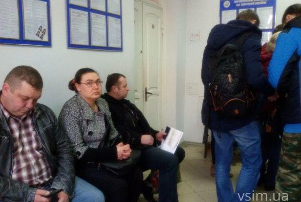 В паспортному столі хмельничани з шостої ранку займають чергу