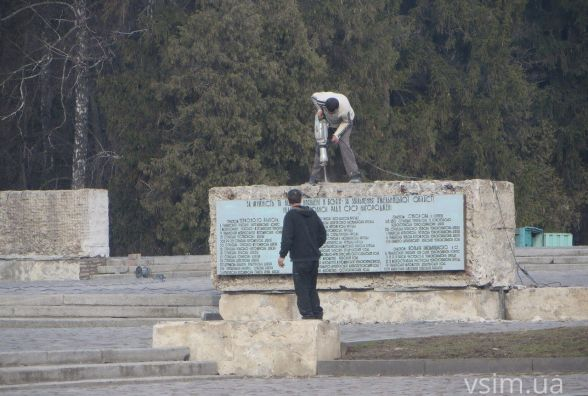 На Виставці почали ремонтувати «Меморіал Слави»