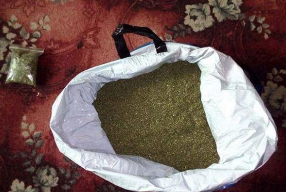 Марихуану знайшов на пустирі. В чоловіка з Пирогівець вилучили 5 кілограмів наркотиків