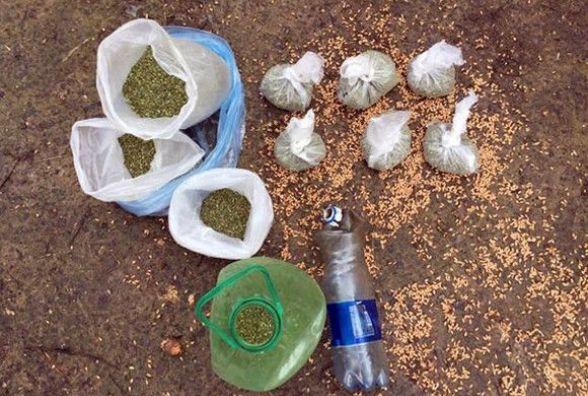 У Летичівському районі в пенсіонера знайшли 9 пакетів наркотиків