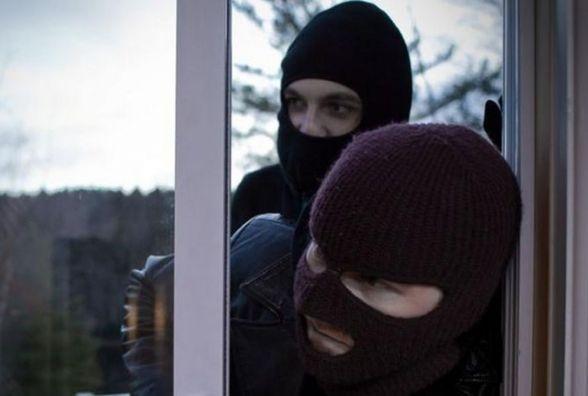 На Хмельниччині невідомі в масках побили і пограбували жінку