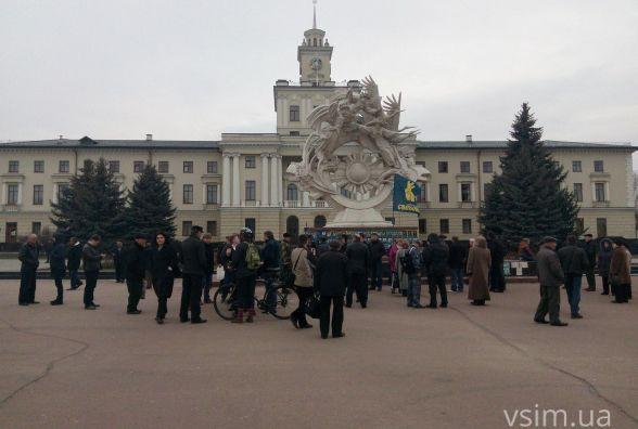 На майдані зібралися активісти. Вимагають у депутатів прийняти звернення щодо блокади на Сході