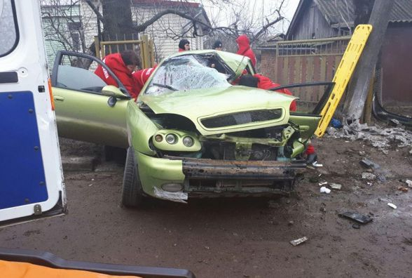У Лезневому водій на «Ланосі» врізався у стовп