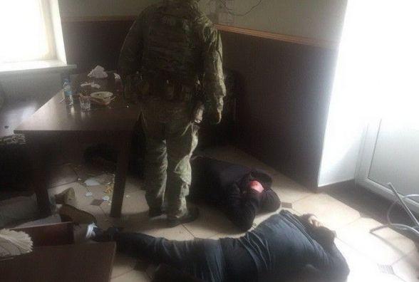 """На Хмельниччині СБУшники затримали рекетирів, які """"вибивали"""" з людей гроші"""