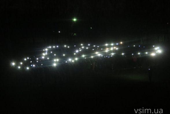 """Еко-флешмоб: студенти ХНУ запалили на стадіоні """"живу"""" лампочку"""