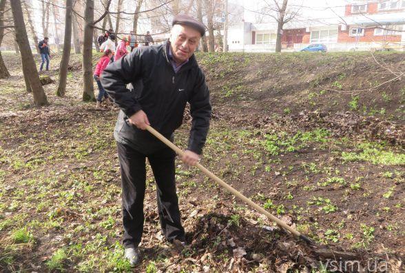Суботник у парку Чекмана: як депутати та працівники міськради махали лопатами та граблями