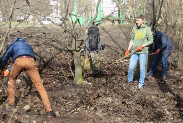 """Посадити дерево та упорядкувати пам'ятник: на Хмельниччині розпочалась акція """"За чисте довкілля"""""""