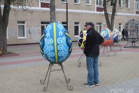 Фото дня: у центрі Хмельницького поставили велетенські писанки