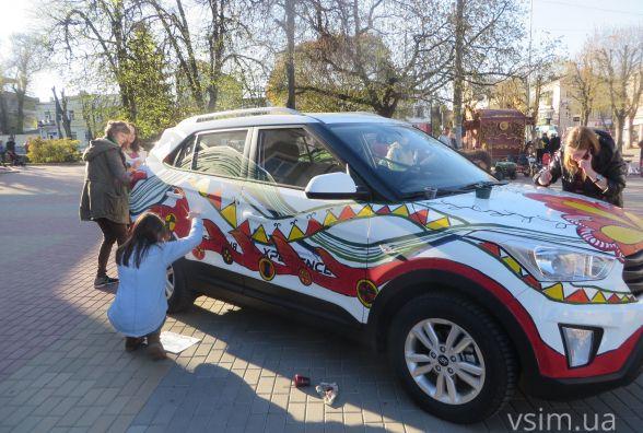На Проскурівській розмальовували авто та водили гаївки