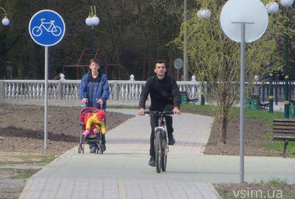 На велодоріжці в парку Чекмана поставили дорожні знаки