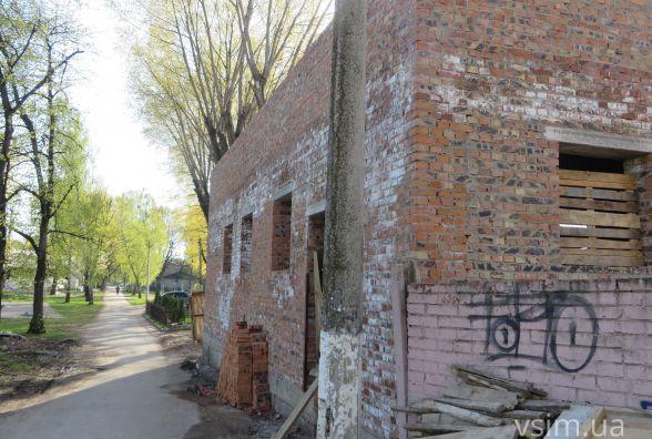 Фото дня: в парку Франка продовжили будівництво туалету
