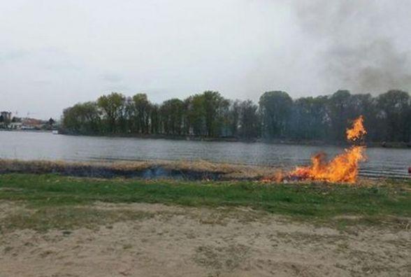 На міському пляжі загорілась суха трава