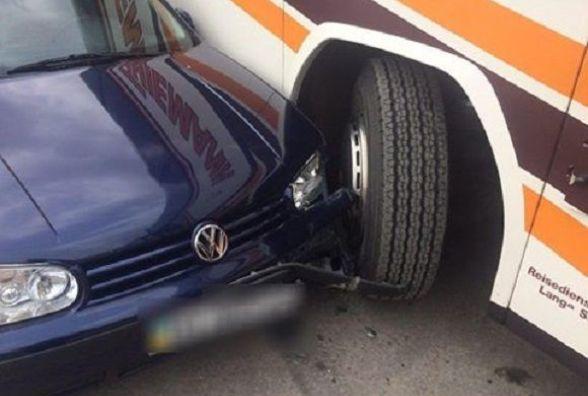"На Пілотській автобус в'їхав у ""Volkswagen"""