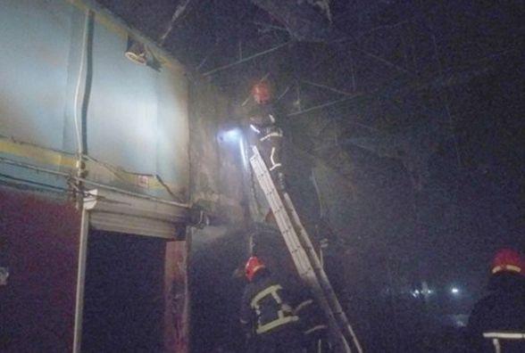 Хмельницькі рятувальники гасили вогонь на речовому ринку