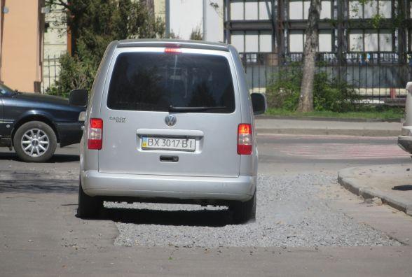 Колесами по камінцях: біля філармонії автомобілі буксують на щебені