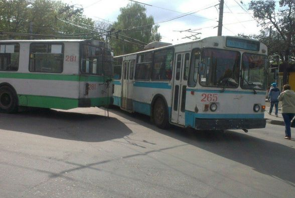 Фото дня: тролейбуси спричинили затори на проспекті Миру