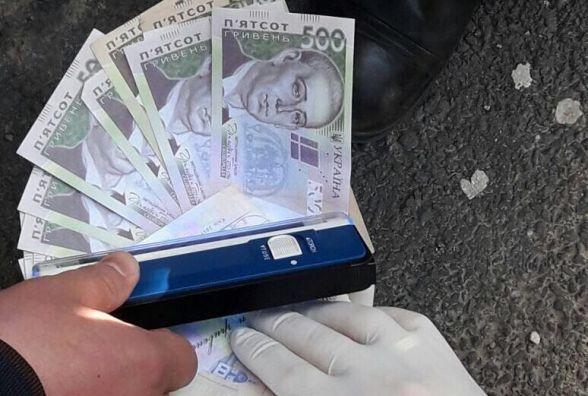 Працівник хмельницького ЦНАПу вимагав хабаря в 500 доларів