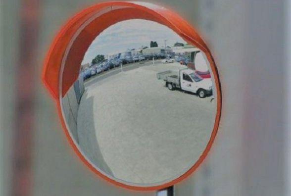 Комунальників просять встановити дорожнє дзеркало у Гречанах