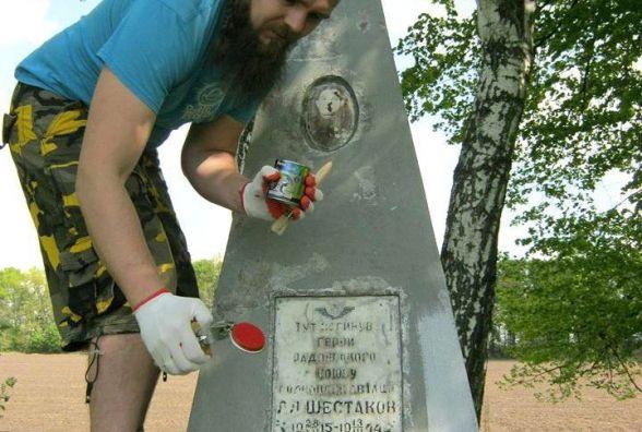 Хмельницькі мандрівники причепурили обеліск на місці загибелі військового льотчика