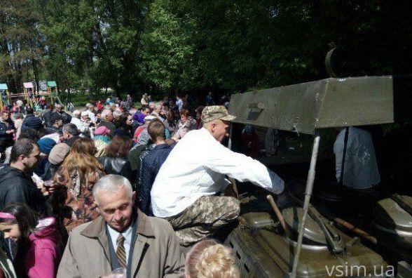 Фото дня: у Раковому охочих частували солдатською кашею