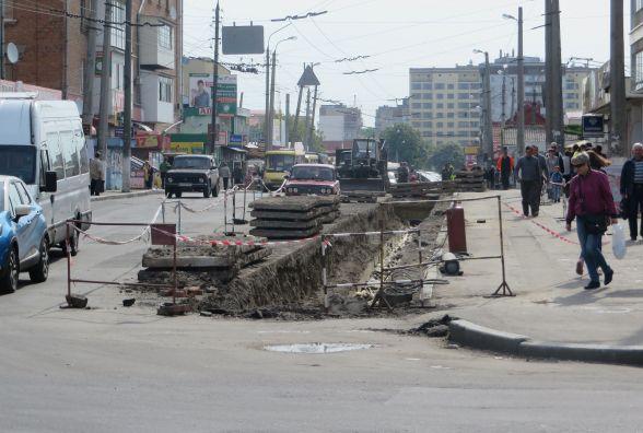 У центрі Хмельницького ремонт. Комунальники міняють труби