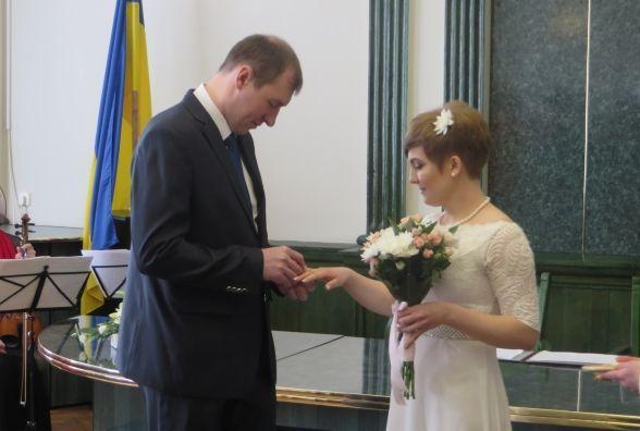 """За два тижні """"шлюб за добу"""" в Хмельницькому зареєстрували 19 пар"""