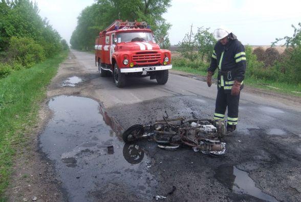 У Шепетівському районі на трасі загорівся скутер