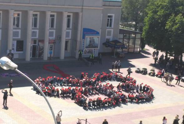 На Проскурівській школярі утворили метелика в пам'ять про померлих від СНІДу