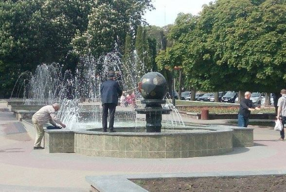 Відео дня: фонтан-кулю у сквері Шевченка запускають шваброю