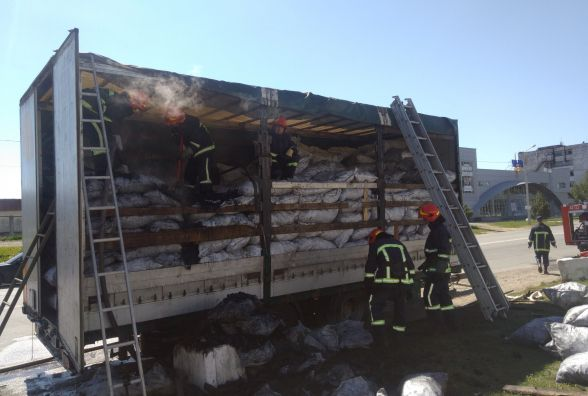 У Хмельницькому горіла фура з деревним вугіллям