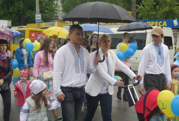Під дощем сотні хмельничан пройшли маршем і помолились за щасливу родину
