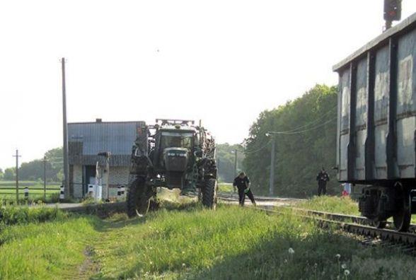 У Старокостянтинівському районі вантажний поїзд протаранив трактор