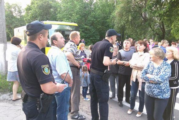 Жителі Тернопільської перекрили рух транспорту через вимкнене світло в квартирах