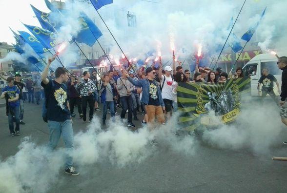 На День Героїв хмельничани пройшлись маршем і палили димові шашки на Проскурівській