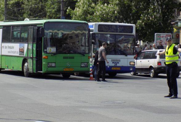 ДТП на пішохідному: біля філармонії 51-ий автобус збив чоловіка