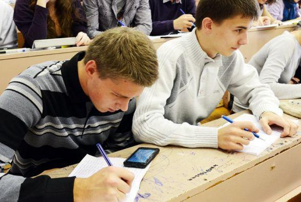 У Хмельницькому випускника спіймали з мобільним телефоном на ЗНО
