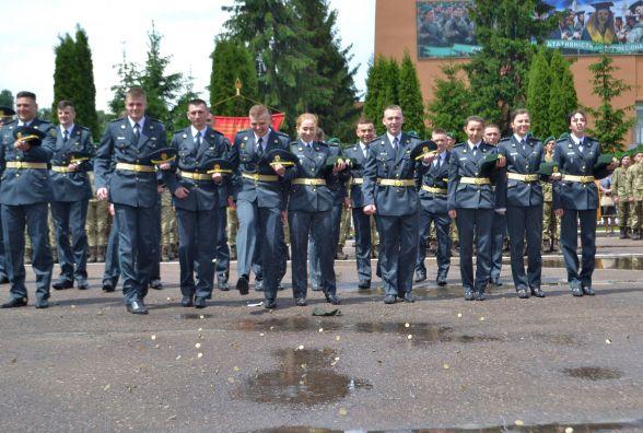 Під дзвін монет і в дощ у прикордонній академії відсвяткували 25 випуск