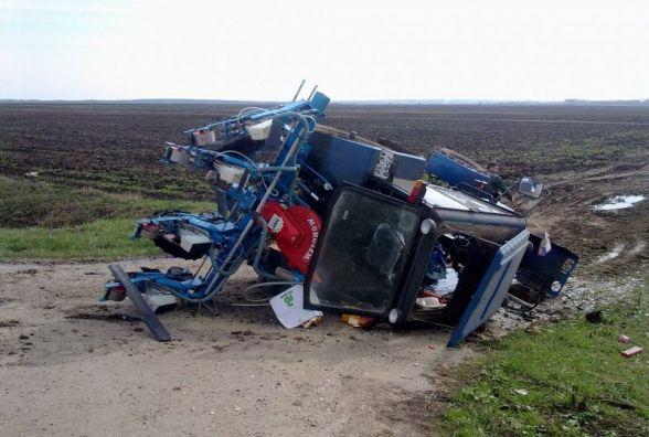 На Хмельниччині перекинувся трактор. Пасажир в реанімації