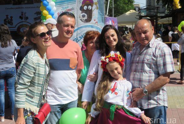 """Конкурси, розваги та море подарунків: як хмельничани веселилися на """"Святі дитинства"""" (ФОТО)"""