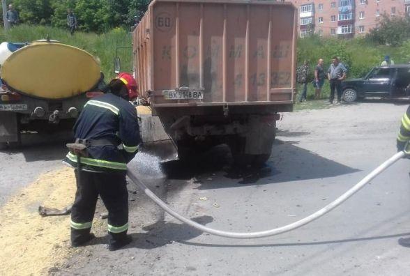 Не поділили дорогу: в Ізяславі зіткнулись молоковоз та сміттєвоз