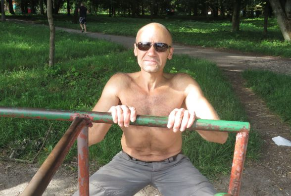 Так тримати! 54-річний Степан Ісков підтягується на брусах, щоб не боліла спина