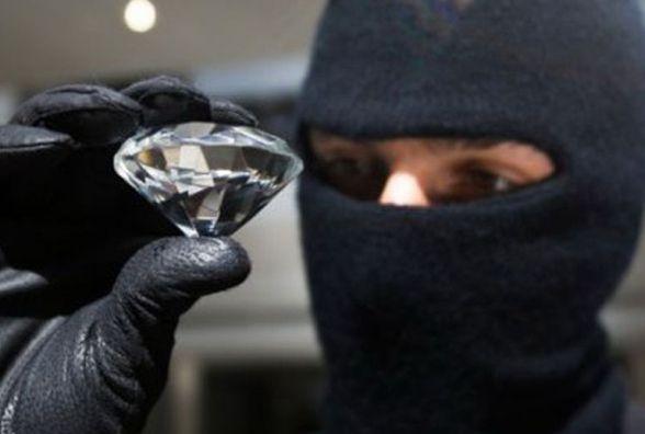 Розбійний напад у Волочиську: четверо в масках обікрали ювелірну крамницю