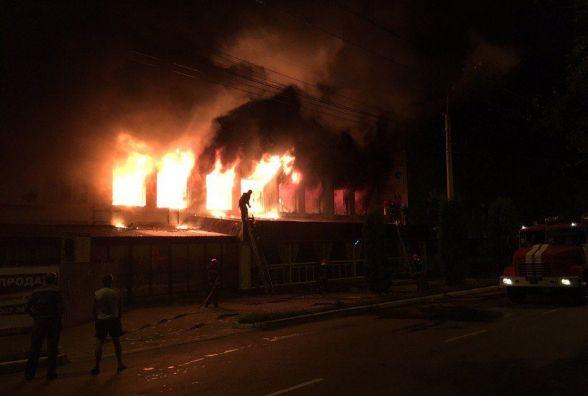 На Старокостянтинівському шосе гасили пожежу в колишній меблевій фабриці (ФОТО)