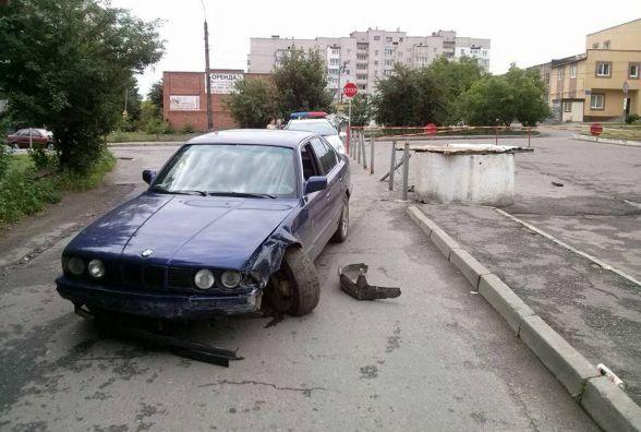 Серед білого дня водій на «BMW»  зніс огорожу і втік з номерними знаками