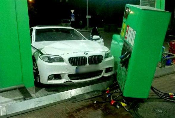 У Хмельницькому «BMW» потрощило автозаправку «WOG»