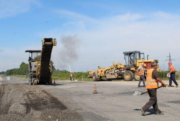 Фірма ШБУ-56 ремонтує об'їздну дорогу поблизу Дунаєвець
