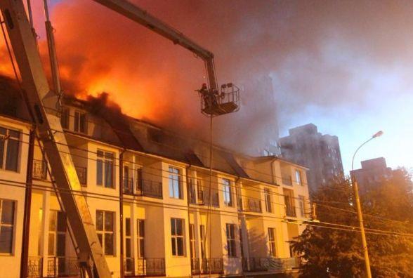 Підпал чи коротке замикання? Причину пожежі колишньої меблевої фабрики шукають у Києві