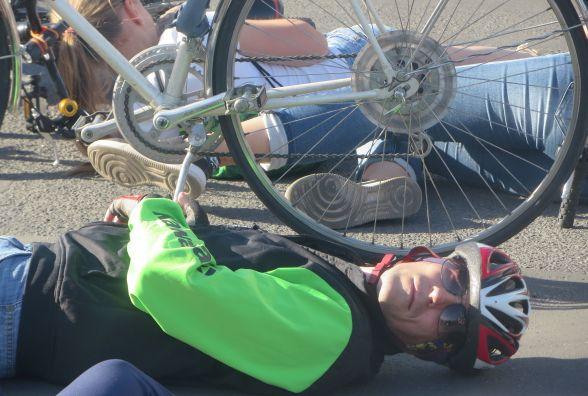 """На Кам'янецькій велосипедисти перекрили рух. Влаштували """"лежачий протест"""""""